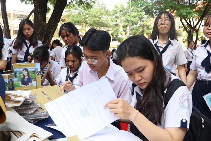 Lãnh đạo UBND tỉnh Đồng Tháp chúc tết cổ truyền lưu học sinh Lào, Campuchia